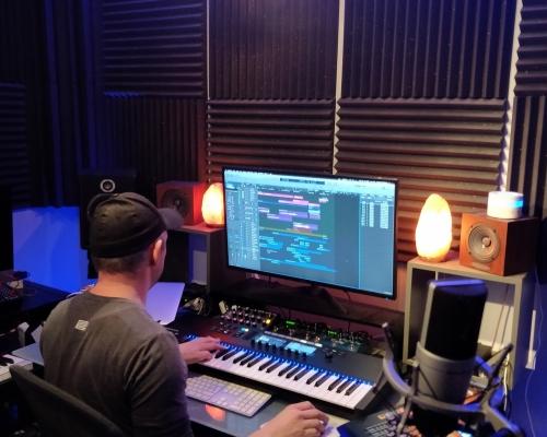 Rencontrez et découvrez des acteurs de la musique électronique. Celles et ceux qui font vivre cet univers dans les coulisses.
